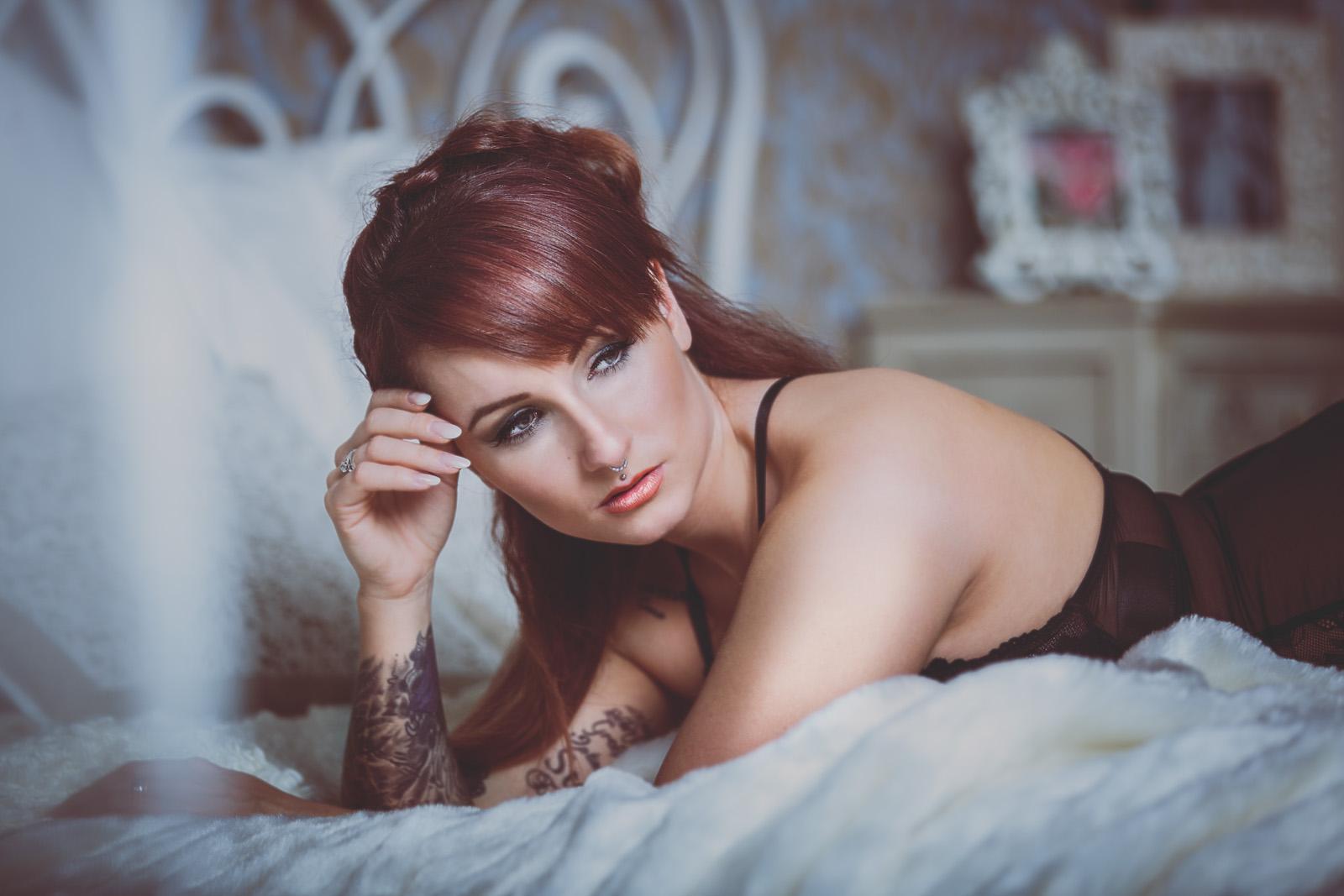 Modell Posing auf Bett